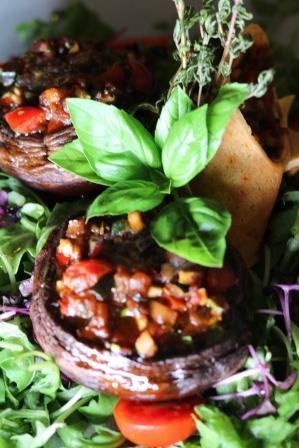 Herrlich geschmorte Portobellos mit Ratatouille gefüllt