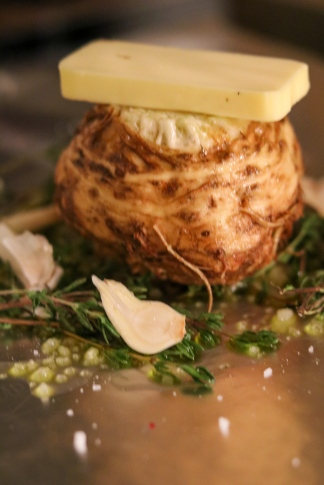 Sellerie mit Butter, Trüffelöl, Thymian, Knoblauch, Meersalz