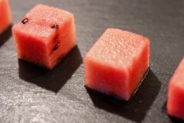 Melone in gleichmässige Würfel schneiden