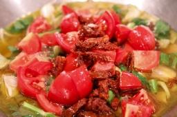 Frische und getrocknete Tomaten dazu
