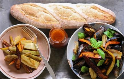 Muscheln mit gebratenem Gemüse und ofenfrischem Baguette