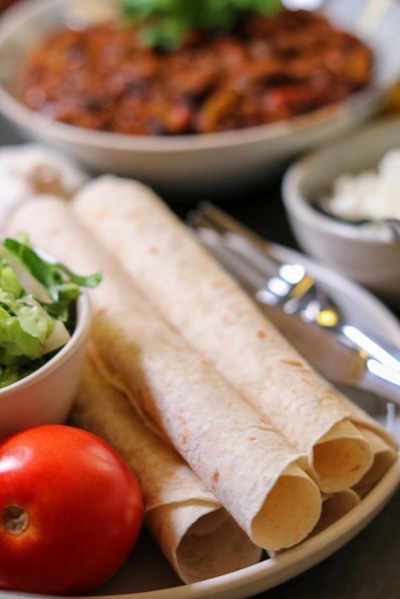 Chili mit Tortilla und Frischkäse