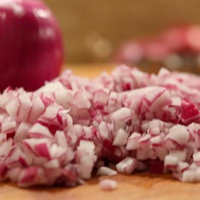 Rote Zwiebeln fein würfeln...