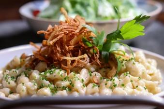 Frisch zubereitet sind sie einfach nur ein Gedicht: Kässpätzle mit knusprigen Zwiebeln ©Michael Stricker