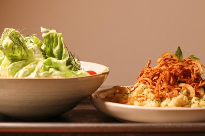 Frisch zubereitet sind sie einfach nur ein Gedicht: Kässpätzle mit knusprigen Zwiebeln und grünem Salat ©Michael Stricker