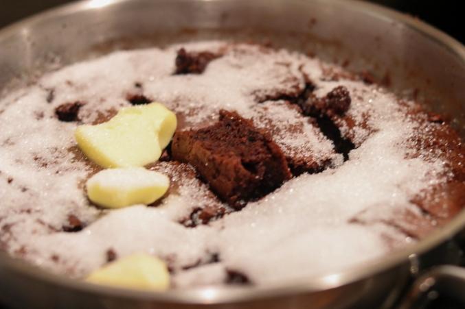 Schoko Schmarren in Butter und Zucker karamellisieren