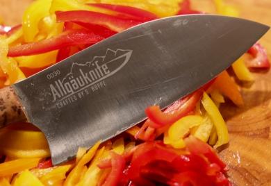 Paprika und Zwiebeln in feine Streifen schneiden