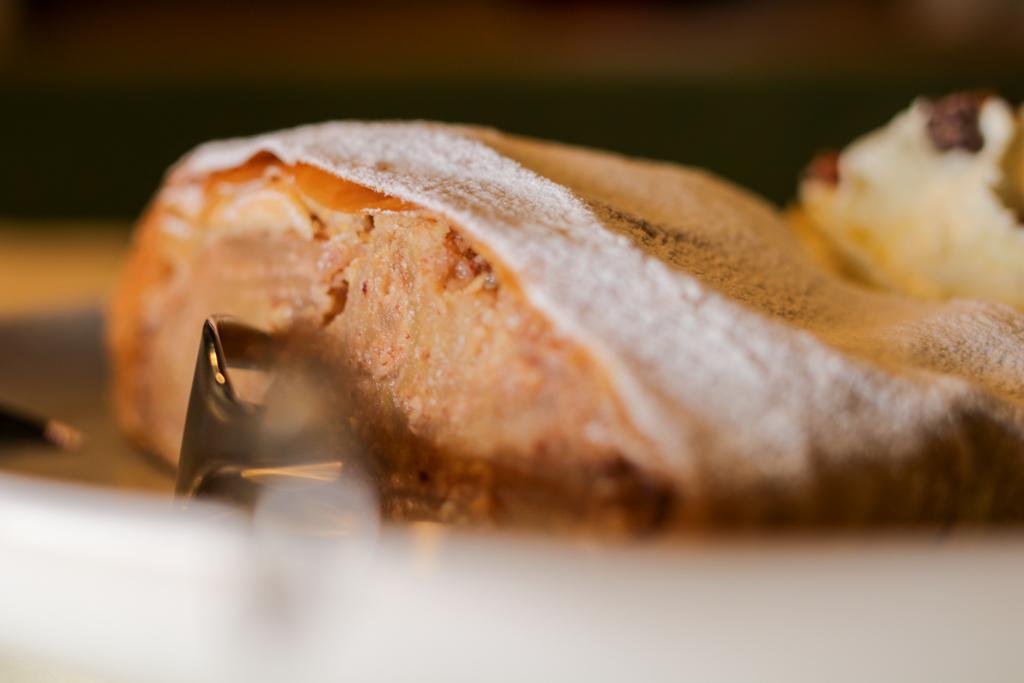 Frisch aus dem Ofen: hausgemachter Apfelstrudel ein Wohlgenuss! ©Michael Stricker